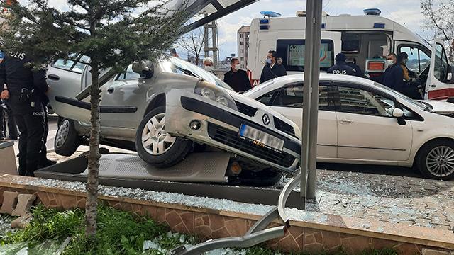 """Polisin """"dur"""" ihtarına uymayan sürücü kaza yaptı"""