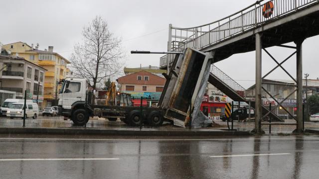 Yalovada damperi açık kalan kamyon üst geçide çarptı