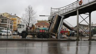 Yalova'da damperi açık kalan kamyon üst geçide çarptı