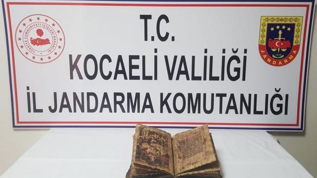 Kocaelide bir araçta tarihi eser niteliğinde İncil ele geçirildi
