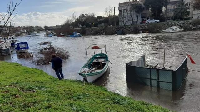 Edremit Körfezinde kuvvetli lodos nedeniyle bazı balıkçı tekneleri battı
