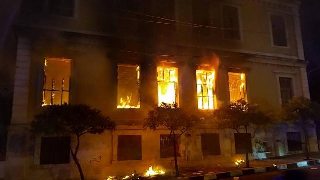 Lübnandaki protestolarda kamu binaları ateşe verildi