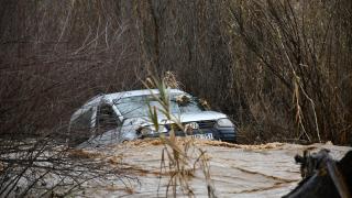 Manisa'da araç, debisi yükselen derede sürüklendi