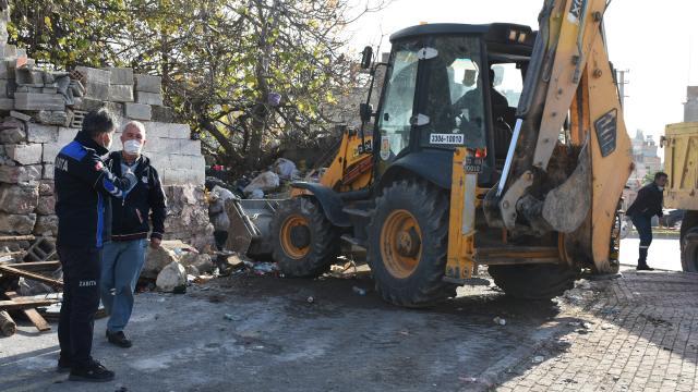Mersinde bir evden 15 kamyon çöp çıkarıldı