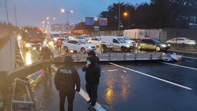 İstanbulda yön tabelası yola devrildi, araçlar kaza yaptı