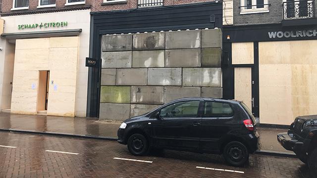 Amsterdamda yağmalama önlemi: Vitrinler beton bloklarla kapatıldı