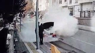 Otomobilde çıkan yangını polisler söndürdü
