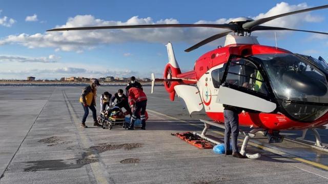 Kardan yolu kapalı mezradaki hastaya ambulans helikopterle ulaşıldı