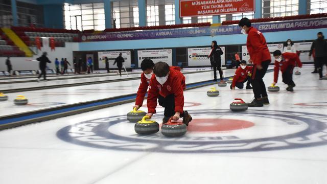 Kars Çayında curling oynayan çocukların hayalleri gerçek oldu