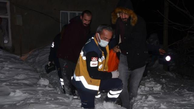Yolu karla kaplı köydeki hastanın yardımına ekipler yetişti