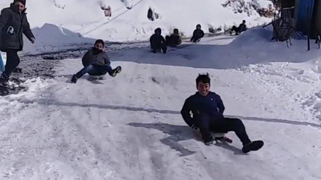 Çocuklar karın keyfini kayarak çıkardı