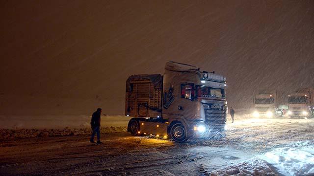 Bitliste kar yağışı ulaşımı olumsuz etkiliyor