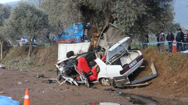 İzmirde otomobil ağaca çarptı: 2 kişi hayatını kaybetti