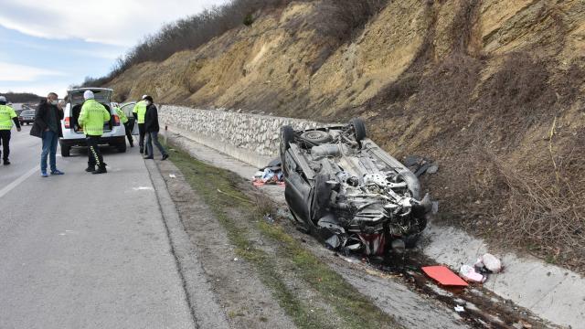 Kütahyada hafif ticari araç şarampole devrildi: 1 ölü