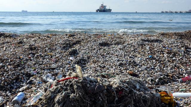 İstanbuldaki fırtına çöpleri sahile taşıdı