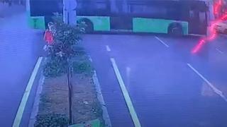 Adana'da belediye otobüsünün PTT binasına çarpma anı kamerada
