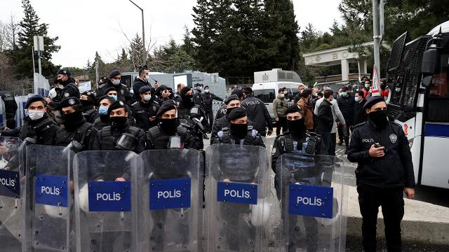 Kadıköydeki eylemde polis arabasına zarar veren şüpheli tutuklandı