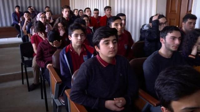 TRT'nin deneyimli isimleri tecrübelerini Azerbaycanlı öğrencilere aktardı