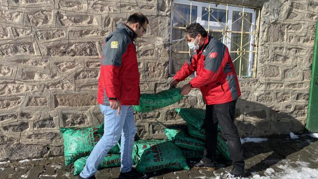Ağrıda ihtiyaç sahibi 100 çocuk ve ailelerine kışlık giyecek, kömür ve kumanya dağıtıldı