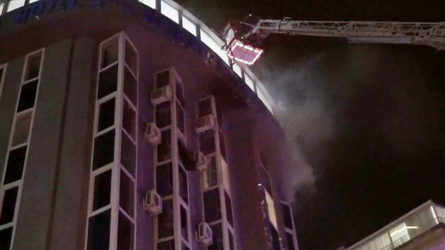 Hem kendini hem otel odasını yaktı
