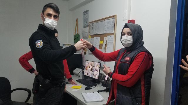 Markette bulunan 20 bin liralık altın polise teslim edildi