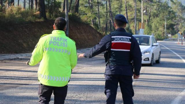 Marmariste koronavirüs tedbirleri ve trafik kurallarına uymayan 95 kişiye ceza kesildi