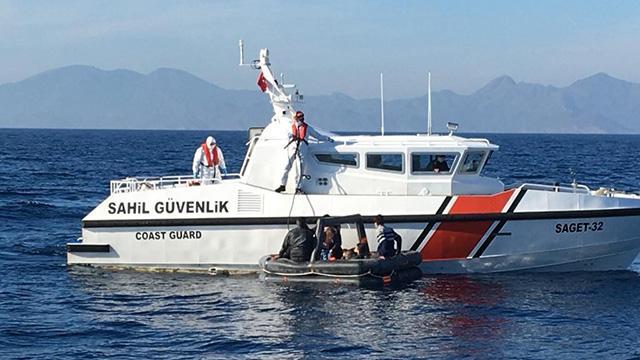 Yunanistanın ölüme terk ettiği 12 sığınmacı kurtarıldı