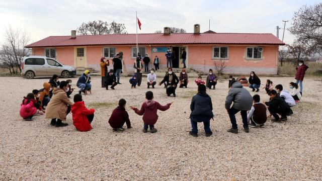 Gönüllü gençler köy okullarını yüz yüze eğitime hazırlıyor