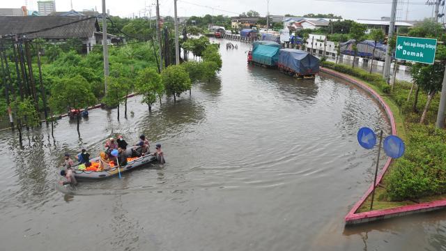 Endonezyada binlerce ev sular altında kaldı