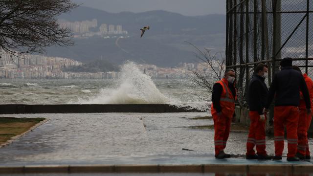 İzmirde fırtına sebebiyle deniz taştı