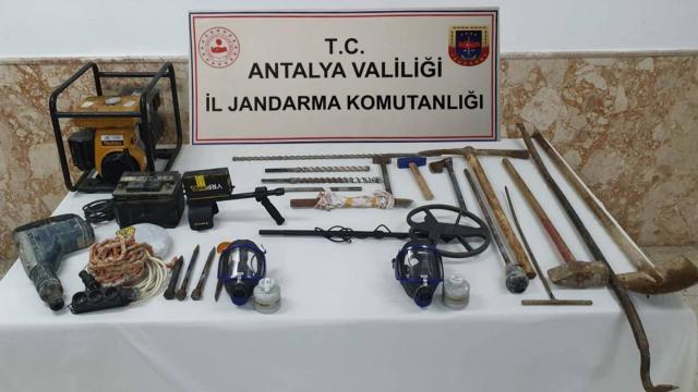 Antalyada izinsiz kazı yapan 5 kişi yakalandı