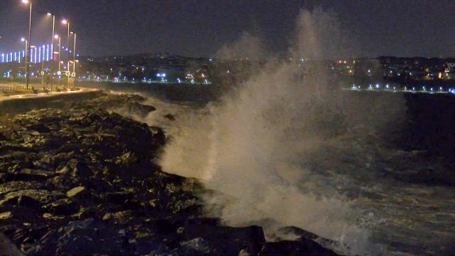 İstanbulda lodos: Dev dalgalar oluştu