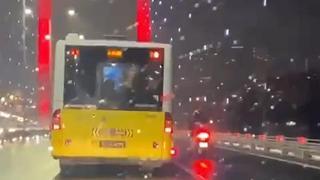 Otobüs şoförü, fırtınada motosikletliye kalkan oldu