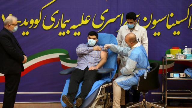 İranda aşılama başladı: İlk aşı, sağlık bakanının oğluna yapıldı