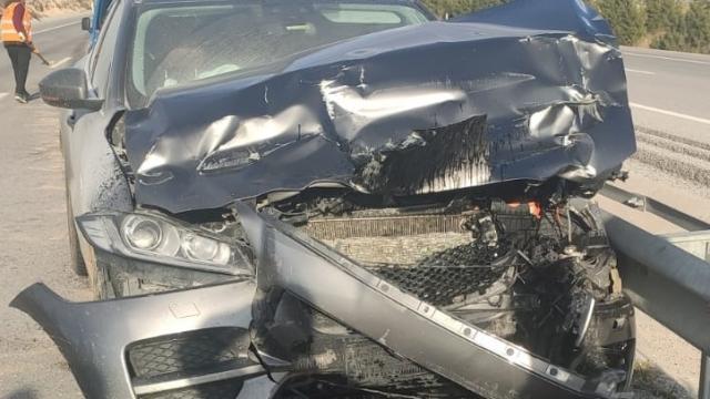 Afyonkarahisarda otomobil kamyona çarptı: 4 yaralı