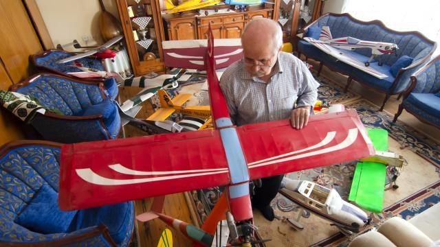 Model uçak tutkusu nedeniyle evinin bir odasını atölyeye dönüştürdü