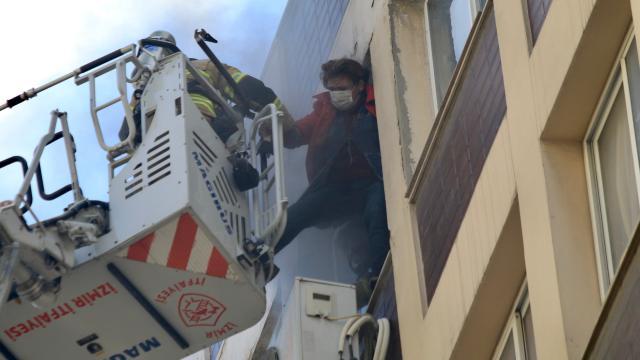 İzmirde bir iş merkezinde bulunan gelinlik atölyesinde çıkan yangın hasara neden oldu