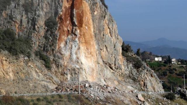 Dağ yamacı dinamitle patlatıldı