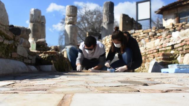 Gladyatörler Kentindeki tarihi kilisenin tabanı özenle işleniyor
