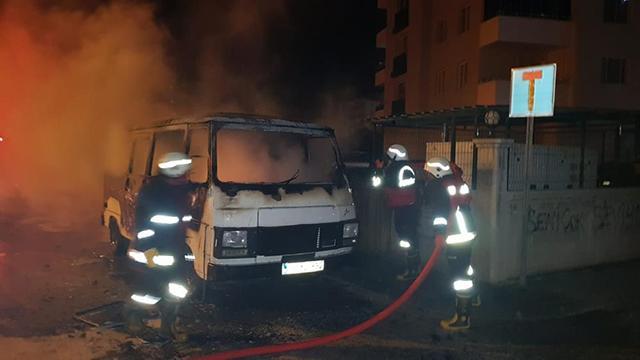 Park halindeyken yanan minibüs kullanılamaz hale geldi