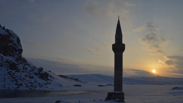 Donan gölden yükselen minare