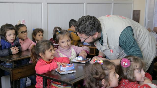Türkiye Diyanet Vakfı İdlib ve Azezde 8 bin çocuğa eğitim imkanı sağlıyor