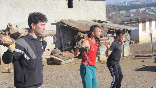 Samsunda milli boksörler antrenmanlarını doğada yaparken yaşlıların odunlarını kırıyor