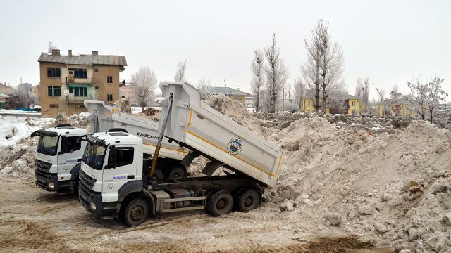 Muşta 1,5 ayda 10 bin kamyon kar taşındı