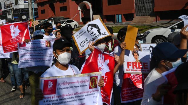 Myanmarda asker protestoculara müdahale etti: 5 gazeteci gözaltında