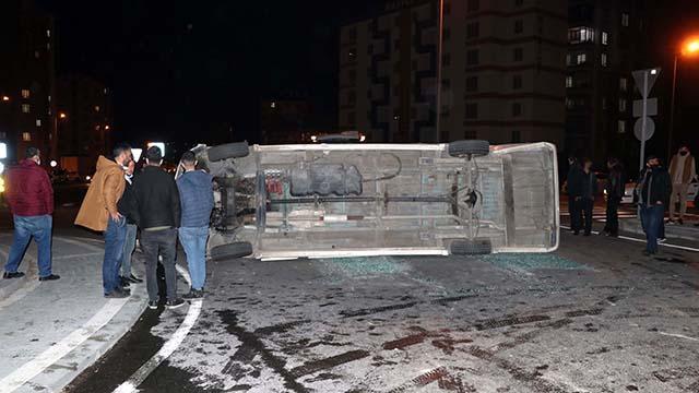 Kayseride servis midibüsü ile otomobil çarpıştı: 6 yaralı