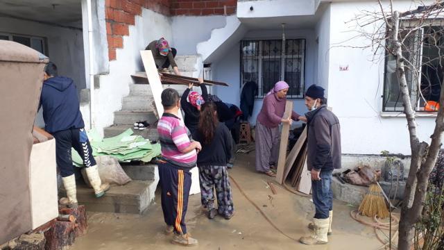 Somada bazı ev ve araçlar su altında kaldı