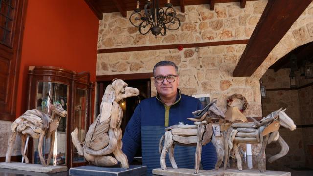 Sahilden topladığı ağaç parçalarını tarihi konakta sanat eserine dönüştürüyor