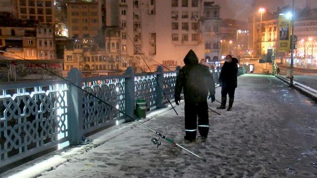 Kısıtlamanın kalkmasıyla balıkçılar Galata Köprüsüne koştu