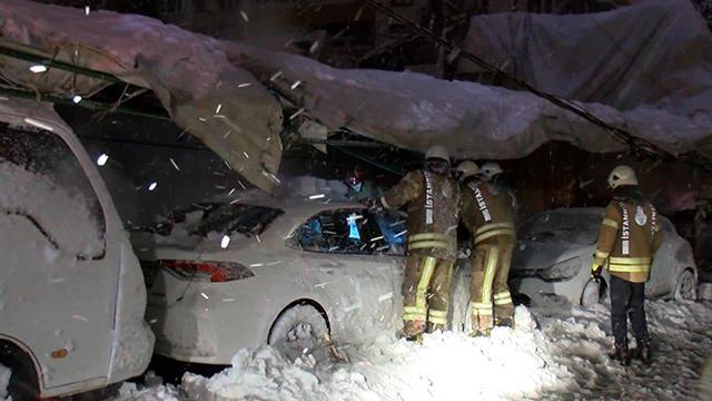 Spor salonunun çatısı çöktü: Araçlar enkaz altında kaldı
